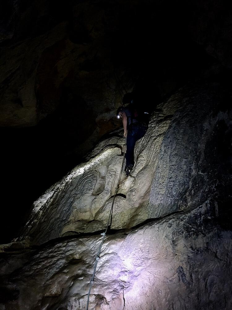 Rappel dans la grotte de bange
