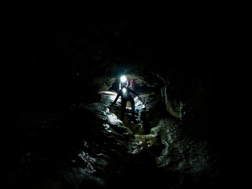 Descente dans la grotte de bange