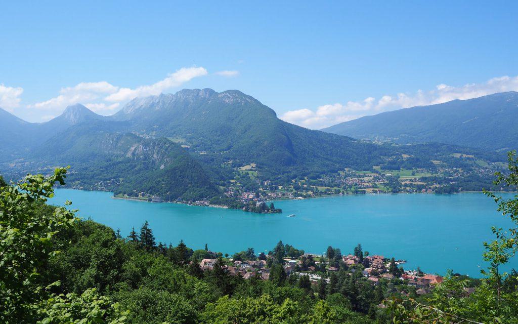 Vue sur le lac d'Annecy despuis la cascade d'Angon
