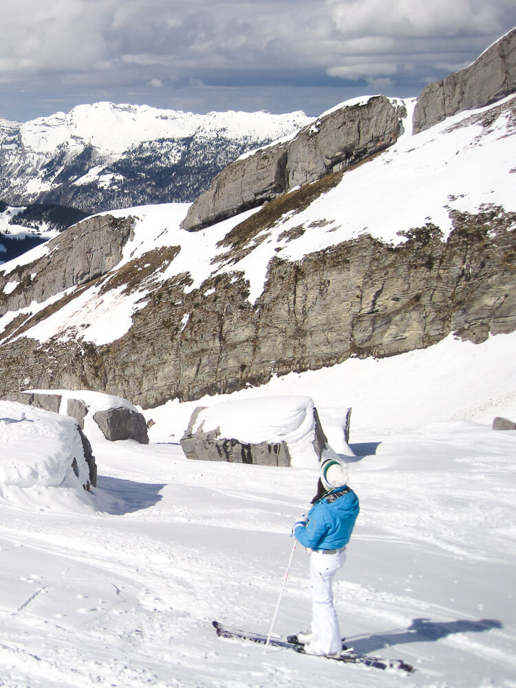 skier à la Clusaz - section hors piste