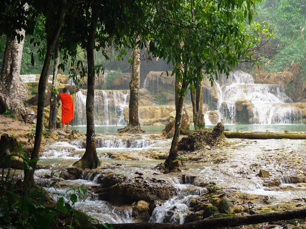moine devant les cascades Kuang Si