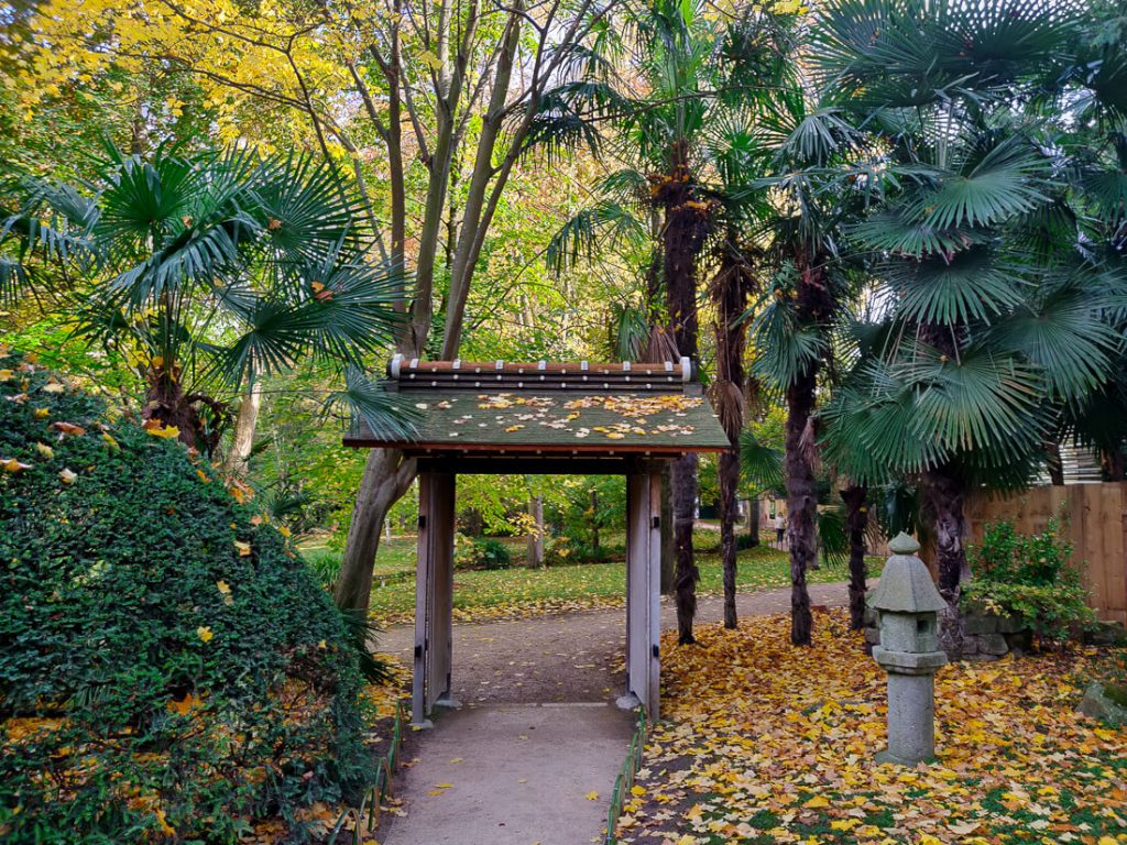 Portail de l'entrée des jardins Albert Kahn à l'automne