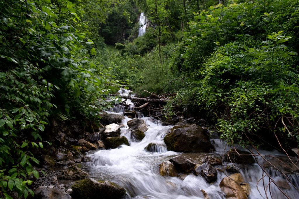 La cascade de Fontany cachée par la verdure