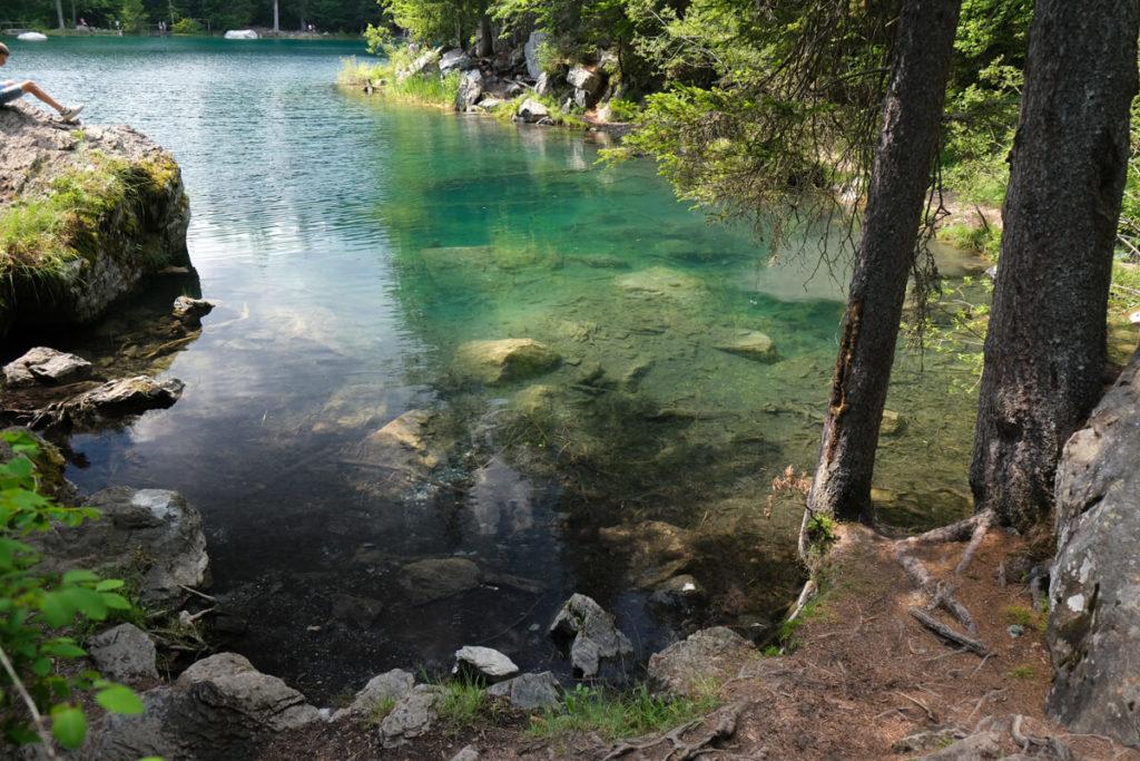 les eaux turquoises du lac vert à Passy