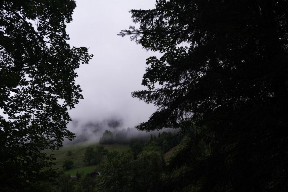Le massif des Aravis dans les nuages