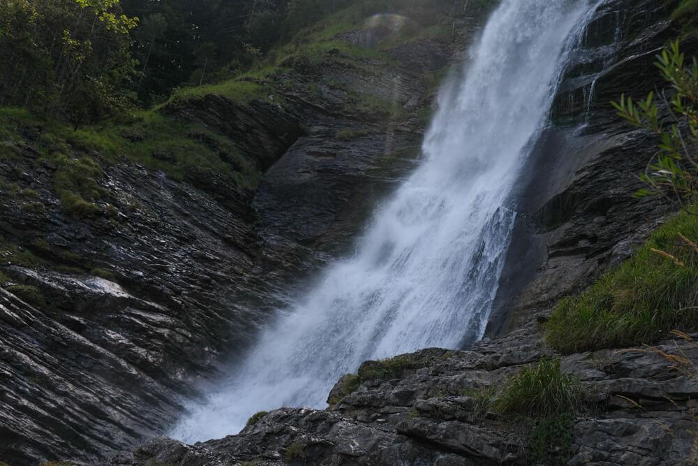 Gros plan sur ls chutes d'eau de la cascade du Rouget