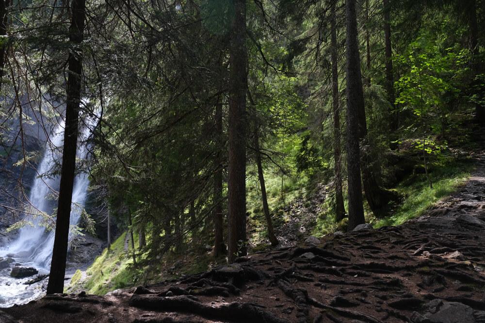 Sentier pour attendre le milieu de la  la cascade du Rouget