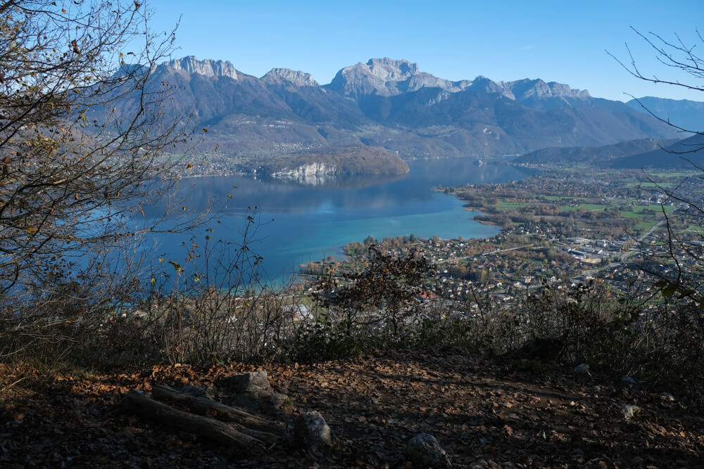 Vue sur le lac d'Annecy depuis un panorama entre la croix du Chef-Lieu et la croix de cessnaz
