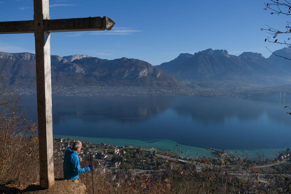 La croix du Chef-Lieu de Sevrier dominant le lac d'Annecy
