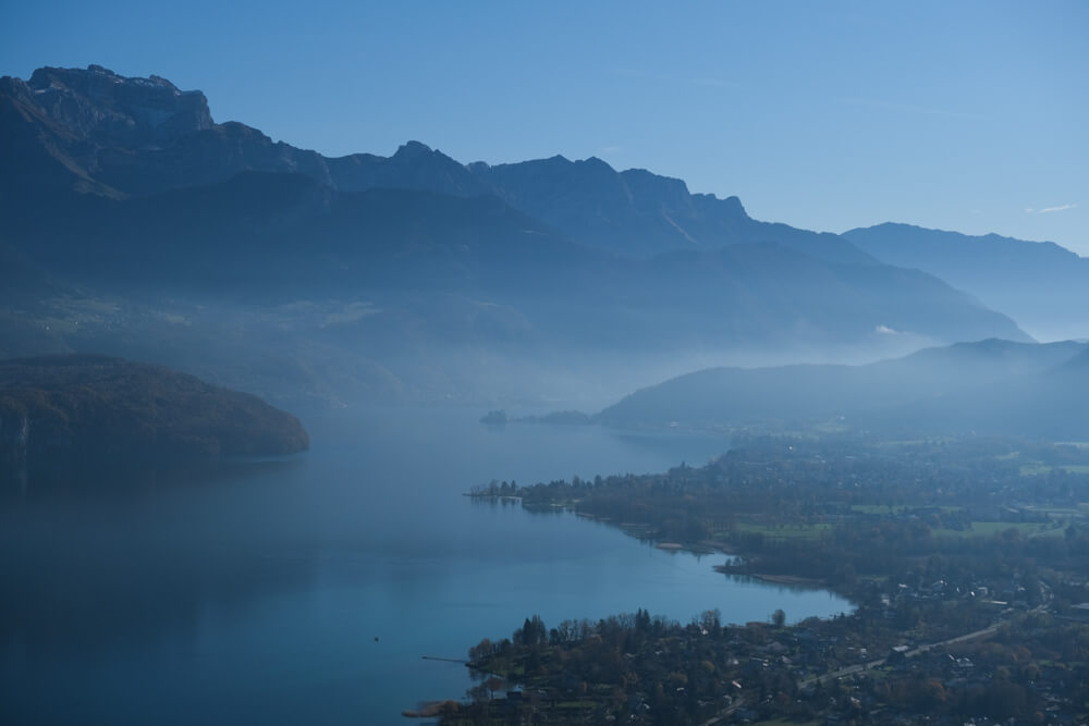 Vue du lac d'Annecy depuis la croix du Chef-Lieu de Sevrier