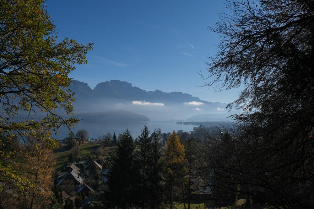 Le lac d'Annecy et la Tournette depuis le sentier de la croix du Chef-Lieu de Sevrier
