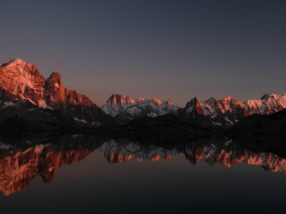 Dormir au Lac Blanc: coucher du soleil sur le massif du Mont Blanc