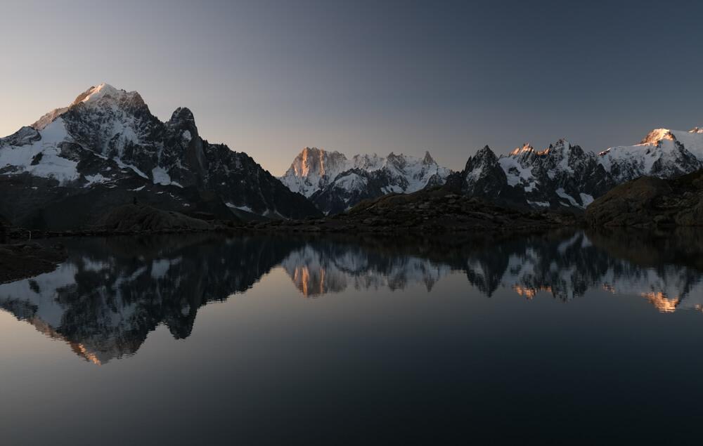 Dormir au Lac Blanc: lever du soleil sur le massif du Mont Blanc