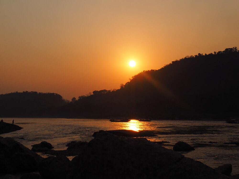 Coucher du soleil à Luang Prabang depuis la rivière Nam Kham