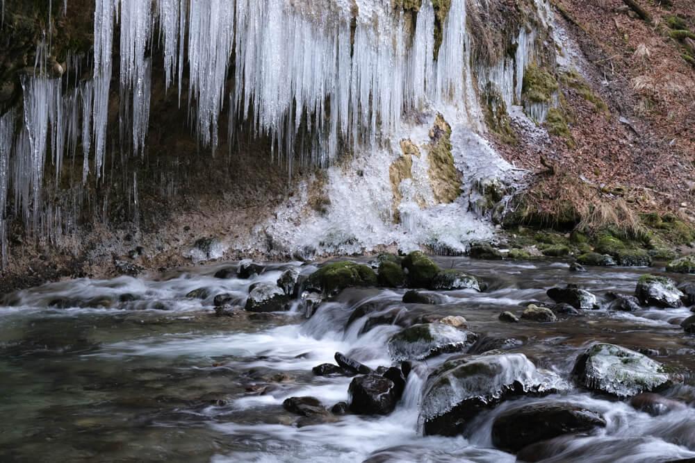 les stalactites de glaces près de la cascade du Nant d'Aillon
