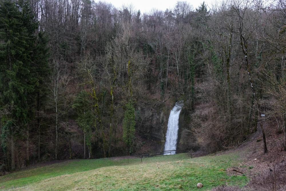 La cascade d'Eilloux  vue du sentier