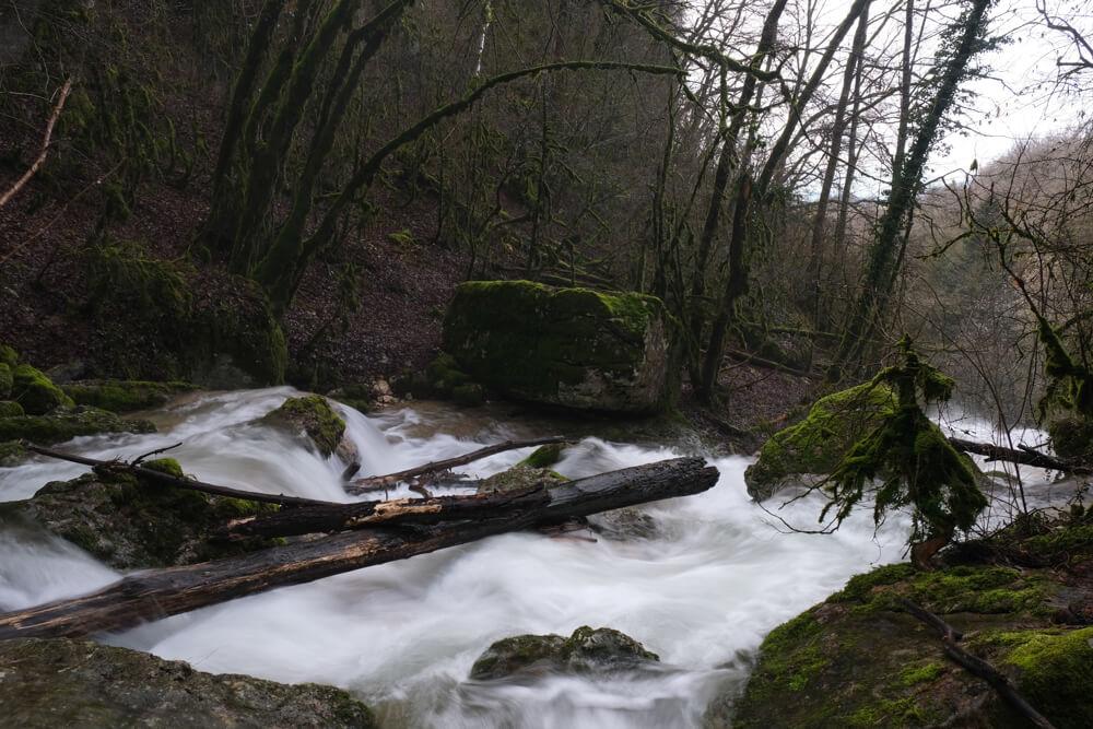 Rivière Bèze qui alimente la cascade du Pain de Sucre de Poisieu