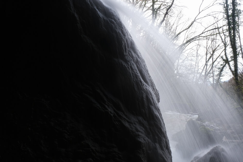Gros plan sur la stalagmite de calcaire de la cascade du Pain de Sucre de Poisieu