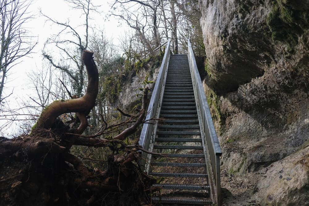 Escalier menant à la cascade du Pain de Sucre de Poisieu